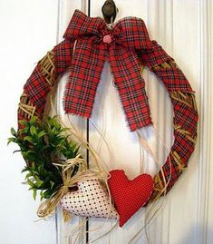 Just love this wreath idea ! Indoors of course. Felt Christmas Decorations, Xmas Wreaths, Holiday Ornaments, Christmas Makes, Rustic Christmas, Christmas Diy, Wreath Crafts, Diy And Crafts, Christmas Crafts