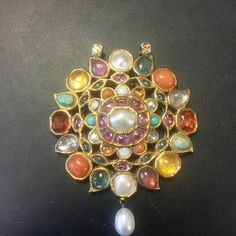 A century late mughal navratna pendant similar to the one in Sotheby's auction collection. Persian Culture, Mughal Empire, Antique Gold, Astrology, 19th Century, Auction, Brooch, Asian, Antiques