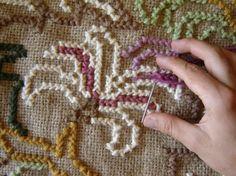 Passo 03: O preenchimento da tela Logo depois que terminar o contorno do desenho é hora de fazer o preenchimento. Primeiro preencha os desenhos, logo depois já pode começar a preencher os espaços do fundo da tela. Hardanger Embroidery, Cross Stitch Embroidery, Embroidered Clothes, Diy Crochet, Needlepoint, Shag Rug, Handmade Rugs, Goblin, Needlework
