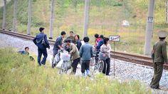 線路の横に立つ人たち ▼24Nov2013CNN|写真特集:北朝鮮に消された写真 http://www.cnn.co.jp/photo/35039724-4.html #NKorea #North_Korea #DPRK #PRK #Corea_del_Norte #Coree_du_Nord #Nordkorea
