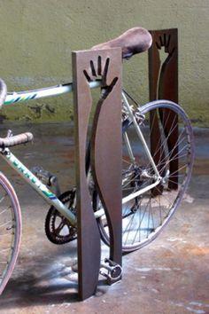 9ad07f1e7 A parte vazada é onde o usuário passa a corrente da bicicleta.