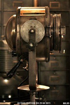 Projecteur de cinéma de marque « CREMER » type 500 , vers 1940, lentille Fresnel, poignée bobine, pied d'origine, hauteur réglable, finition graphite.