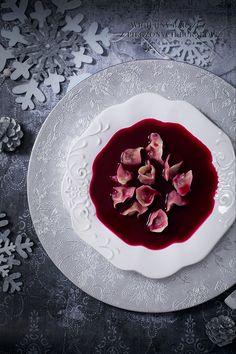 Wyjątkowy, wigilijny barszcz z pieczonych buraków z dodatkiem suszonych grzybów i pieczonych jabłek. Bardzo aromatyczny, esencjonalny i intensywny w kolorze. Pieczenie buraków i jabłek w mundurkach wydobywa z nich cały smak i słodycz, którym potem nasiąka cała zupa w trakcie chłodzenia przez noc. Do tak przygotowanego barszczu nie trzeba dodawać ani grama cukru. W tym…