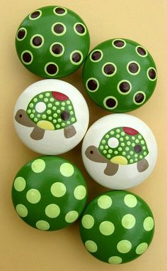 See more ideas about Rock crafts, Easy Rock painting and Painted rocks.These are pretzels but this simple design could easily be painted on rocks. Pebble Painting, Pebble Art, Stone Painting, Diy Painting, Pumpkin Painting, Pebble Stone, Turtle Painting, Rock Painting Ideas Easy, Rock Painting Designs