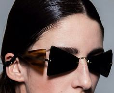 """uber cool sunglasses with aviator sides that keep the sun off the dreaded crows feet area! """" backstage at marni s/s 2014 """" Glasses Frames, Eye Glasses, Look Casual, Casual Chic, Cooler Look, Lookbook, Celebrity Babies, Models, Beautiful Celebrities"""