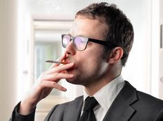 Trzeba pamiętać o tym, aby nie palić w miejscach, w których mogłoby to sprawić innym przykrość. Nie należy tego zatem robić w małych, zamkniętych pomieszczeniach np. w poczekalniach, w windzie, w samochodzie, chyba że kierowca wyraził na to zgodę lub sam zaczął palić. Z całą pewnością nie powinno się palić przy posiłku. Za nietaktowne uważane jest także wejście do czyjegoś domu lub biura z papierosem w ustach.