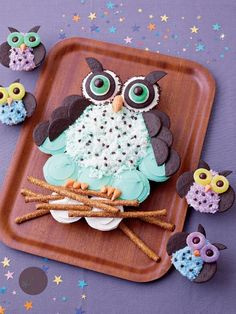Night Owls: Celebrate with this cute & easy owl cupcake cake from FamilyFun.use Oreos instead of half cupcakes - LOVE IT!
