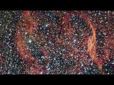 Les étoiles environnantes réfléchissent les nuages de gaz de Crimson en ...