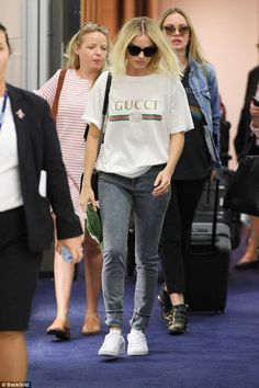 Margot Robbie jets into Sydney in T-shirt and sunglasses | Daily Mail Online