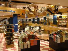 Para os fanáticos por livros, a Livraria Cultura, no Conjunto Nacional, é parada obrigatória. É a maior livraria do país com mais de 3,5 mil m2 de livros.