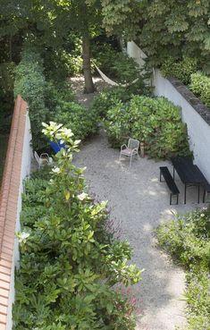 In a city garden where grass does not thrive, fresh gravel is often the better choice … - Innen Garten - Eng Small Courtyard Gardens, Terrace Garden, Garden Spaces, Small Gardens, Outdoor Gardens, Roof Gardens, Garden Grass, Garden Path, Interior Garden