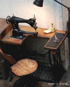 Miniature vintage sewing machine: couldn't resist pinning- so cute!  Nunu's House | Tanaka Tomo | Handmade miniatures 1/12