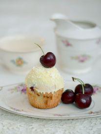 ROJO & BLANCO  Muffin de Frutos Rojos & Frosting de Chocolate Blanco