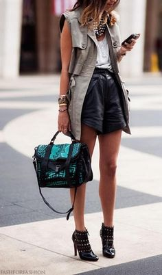 Look casual com shorts de couro, regata branca e colete no estilo trench-coat Looks Street Style, Looks Style, Mode Outfits, Fashion Outfits, Womens Fashion, Short Outfits, Fashion Shoes, Summer Outfits, Casual Outfits