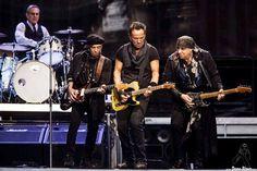 Max Weinberg -batería-, Nils Lofgren -guitarra-, Bruce Springsteen -voz y guitarra- y Steven Van Zandt -guitarra- de Bruce Springsteen and the E Street Band, Estadio de Anoeta, Donostia / San Sebastián, 17/V/2016. Foto por Dena Flows  http://denaflows.com/galerias-de-fotos-de-conciertos/b/bruce-springsteen/