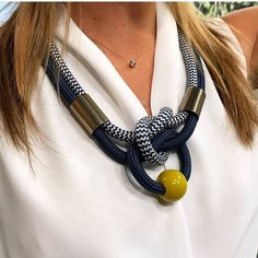 Nenhuma descrição de foto disponível. Textile Jewelry, Macrame Jewelry, Fabric Jewelry, Jewelry Knots, Jewelry Crafts, Jewellery, Knitted Necklace, Rope Necklace, African Necklace