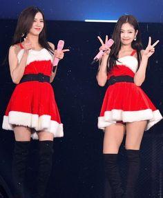 Jennie and Jisoo💘 Yg Entertainment, South Korean Girls, Korean Girl Groups, K Pop, Queens, Blackpink Members, Hip Hop, 1 Rose, Blackpink Photos