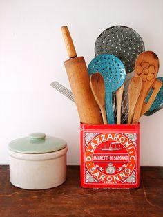 Vintage tin for kitchen utensil storage Kitchen Sink Storage, Utensil Storage, Utensil Holder, Kitchen Organization, Storage Ideas, Vintage Tins, Vintage Labels, Vintage Kitchen, Pretty Things