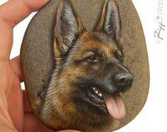Irresistible oso pintado sobre una piedra de por RobertoRizzoArt