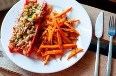Sweet potato fries with peppers stuffed with tuna Lactose Free Dinners, Cooking Recipes, Healthy Recipes, Healthy Food, Meat Chickens, Food For Thought, Kimchi, Sweet Potato, Tasty