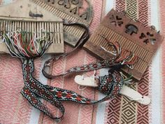 Card Weaving or Band Weaving? Inkle Weaving, Inkle Loom, Card Weaving, Tablet Weaving, Textiles Techniques, Weaving Techniques, Medieval Crafts, Scandinavian Folk Art, Tear
