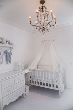 Quarto do bebê de Maria Rudge | Almoço de sexta Light Blue Nursery, Baby Bedroom, Baby Boy Nurseries, Nursery Rhymes, Bassinet, Kids Playing, Cribs, Kids Room, Toddler Bed