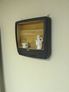Repurposed furniture diy upcycling reuse home decor 16 Ideas Recycle Old Tv, Ways To Recycle, Reuse Recycle, Repurposed Furniture, Reuse Furniture, Furniture Refinishing, Refurbished Furniture, Furniture Ideas, Halloween Crafts