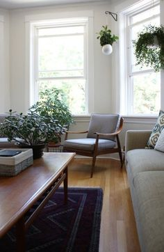 Name: Marti Palermo and Jarrod Routh Location: Lincoln Square; Chicago, Illinois Size: 1,200 square feet Years lived in: 2 years; rented There's a real effortlessness about Marti and Jarrod's home: a fresh, comfortable simplicity that immediately puts one at ease. I felt right at home on a Sunday afternoon with sunlight streaming through the windows, Wild Belle on the stereo, and a cold glass of beer.