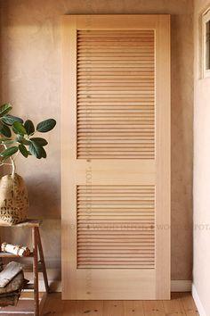 ウォークインクローゼットや収納庫などにおすすめの室内木製ドアです。ドアの上半分がルーバータイプですので、風通りが良くお部屋の換気や空気循環をさせることができます。