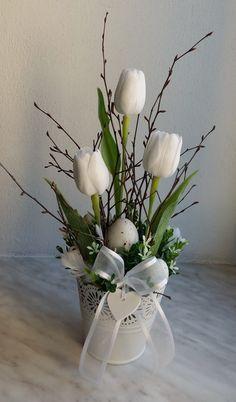 Plecháček+do+bíla....+Bílý+plecháček+zdobený+umělými+tulipány,+doplněný+zelení,+vajíčky+a+peříčky+s+mašličkou+se+srdíčkem.+Velikost+dekorace+16x15cm,+výška+35cm.