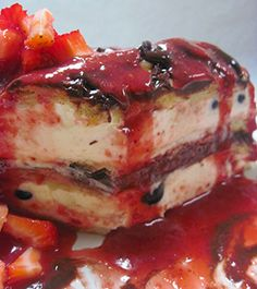eclair cream cake with sliced strawberries and strawberry sauce