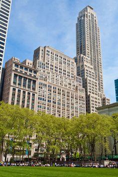 La gente disfrutando de sol que brilla sobre #BryantPark, en #Manhattan ¡Disfruta de los encantos de #NewYork! http://www.bestday.com.mx/Nueva-York-City-area/ReservaHoteles/