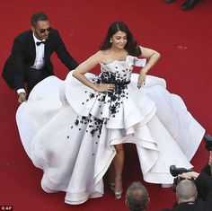 Aishwarya Rai Bachchan makes an arresting sight in Ralph & Russo Couture on Cannes red carpet Nice Dresses, Prom Dresses, Formal Dresses, Met Gala Outfits, Ralph & Russo, Fancy Gowns, Aishwarya Rai, Dress Makeup, Red Carpet Dresses
