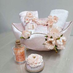 Buz gibi bir istanbul gecesinden çiçeklerle süslü sımsıcak bir kare#dekorasyon #pembe #banyoaksesuarları #kurdelenakisi #taş #isimlik #dekorasyon #pembe #gül #fatih #istanbul #nikah #nikahsekeri #kokulutaş #butiksabun #ozeltasarim #siz #düşleyin #biz #yapalım #aşk #sevgili #sevgı #evlilik