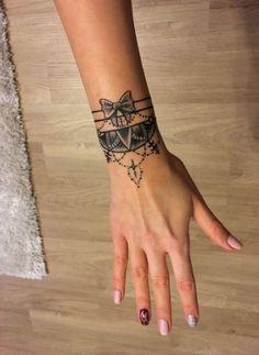 Skull tattoo meaning ꧁ ༺ hair jull ༻ ꧂ Totenkopf Tattoo Bedeutung ꧁༺Haare jull༻꧂ Skull tattoo meaning Skull tattoo meaning. Totenkopf tattoo meaning. Armband Tattoos, Wrist Tattoos, Body Art Tattoos, Sleeve Tattoos, Wrist Band Tattoo, Anchor Tattoos, Maori Tattoos, Tattos, Tribal Tattoos