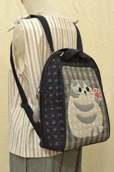 材料包内容/ Ingredients of DIY Kit : 1.材料 2.讲义 3.纸型 4.教学光碟 完成尺寸/ Measurement : H 34cm, W 32cm, D 12cm 售价/ Selling Price: RM 357.00 紙型+... Cat Backpack, Animal Bag, Grey Cats, Quilted Bag, Fabric Bags, Beautiful Bags, Diy Kits, Baby Quilts, Purses And Bags