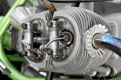 Gekonnt erleichtert und glasperlengestrahlt, drehen sich die beiden Kipphebel in Nadellagern und stützen sich auch seitlich spielfrei an Axiallagern ab.