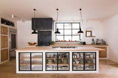 Landhausküche offen mit großer Insel und stylischem Dunstabzug ähnliche tolle Projekte und Ideen wie im Bild vorgestellt findest du auch in unserem Magazin . Wir freuen uns auf deinen Besuch. Liebe Grüße