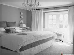 schlafzimmer in grau/weiß mit kuschligen decken und bildern über, Schlafzimmer design