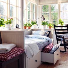 IKEA Österreich, Inspiration, Schlafzimmer, hell, Fenster, Tagesbettgestell HEMNES, Leuchte ARÖD, Wecker DEKAD, Bettwäscheset NYPONROS, Meterware BERTA RUTA