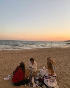 Discover recipes, home ideas, style inspiration and other ideas to try. Summer Nights, Summer Vibes, Good Vibe, Summer Aesthetic, 70s Aesthetic, Beach Aesthetic, Summer Goals, Cute Friends, Teenage Dream