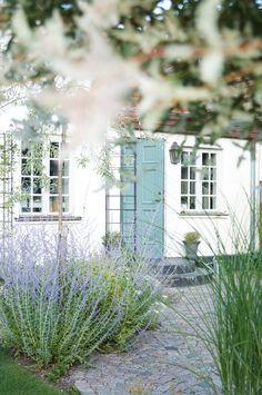 Låt trädgården balansera upp husets kantighet – 5 tips! Summer House Garden, Garden Mum, Garden Cottage, Dream Garden, Home And Garden, Small Gardens, Outdoor Gardens, Scandinavian Garden, Buy Flowers Online