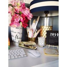 39 Chic Home Office Workspaces You'll Want to Copy Immediately This could surely bring energy to your workday. Home Office Decor Workspace Inspiration, Decoration Inspiration, Decor Ideas, Desk Inspo, Office Inspo, Office Style, Room Inspiration, Vase Ideas, Inspiration Boards