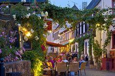 Die kleine Weinstadt im hessischen Rheingau-Taunus-Kreis zählt mit zum UNESCO-Welterbe Oberes Mittelrheintal und punktet vor allem mit ihrer unmittelbaren... Holidays Germany, Continents, Geo, Norway, Greece, Street View, Europe, Italy, Places