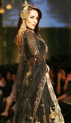 #sleeves // LOVE black and gold together, and the banarsi sleeves just make it so glam and so gorgeous.
