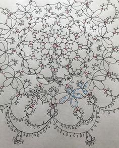 オリジナルデザイン 「✴︎✳︎宝物✳︎✴︎」 編み方を書きました❣️ めっちゃ難しかった〜〜 字も小さいし写真も小さいし見にくいですよね... あっ❗️Tatting lace の先生とか教室に参加した経験もないしあくまでも独学なので、、、 これ間違ってんで❗️とかもっとこうしたら⁉️とかあったらぜひ教えてください❣️ #タティングレース #tattinglace #オリジナル #デザイン #初めて #完成して嬉しい #✴︎✳︎宝物✳︎✴︎ #フリーパターン #みんなに編んでほしい#みんなに結ってほしい#趣味 #ハンドメイド #ハンドメイド好きな人と繋がりたい #手仕事 #手芸 #編み物