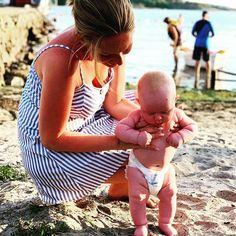 Koser seg på stranden med tottelottene i sanden ❤️ Kos, Villa, Villas, Blackbird