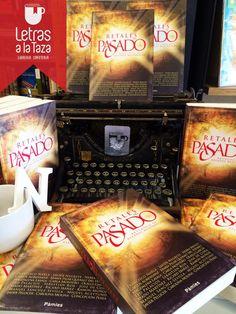 Estupendo escaparate de la librería Letras a la taza dedicado a la antología Retales del Pasado cuya cubierta he diseñado para Ediciones Pàmies.