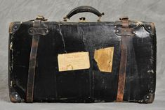 Clarrissa's suitcase; Abandoned Suitcases Reveal Private Lives of Insane Asylum Patients Vintage Suitcases, Vintage Luggage, Vintage Trunks, Vintage Bag, Vintage Travel, Insane Asylum Patients, Willard Asylum, Asylum Halloween, Halloween 2015