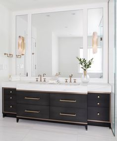 Modern Bathroom Have a nice week everyone! Today we bring you the topic: a modern bathroom. Do you know how to achieve the perfect bathroom decor? Trendy Bathroom, Bathroom Vanity Designs, Modern Bathroom, Custom Bathroom Vanity, Bathrooms Remodel, Bathroom Decor, Black Bathroom, Bathroom Inspiration, Vanity Design